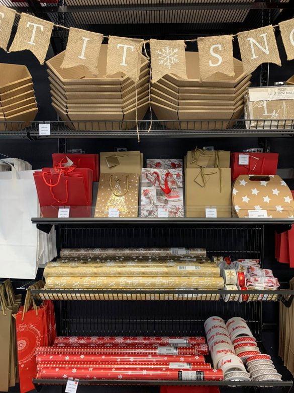 Weihnachtspapier und Tüten