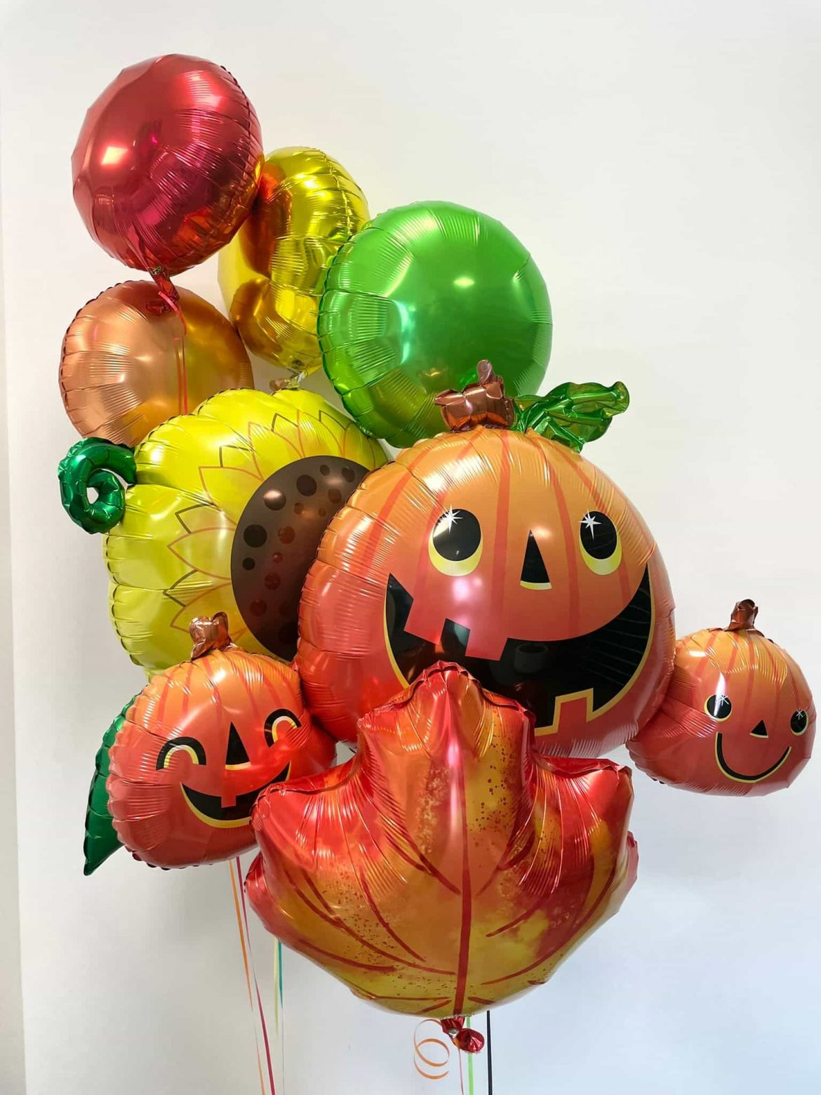 Ballontraube bunte Heliumballons mit Kürbis Halloween